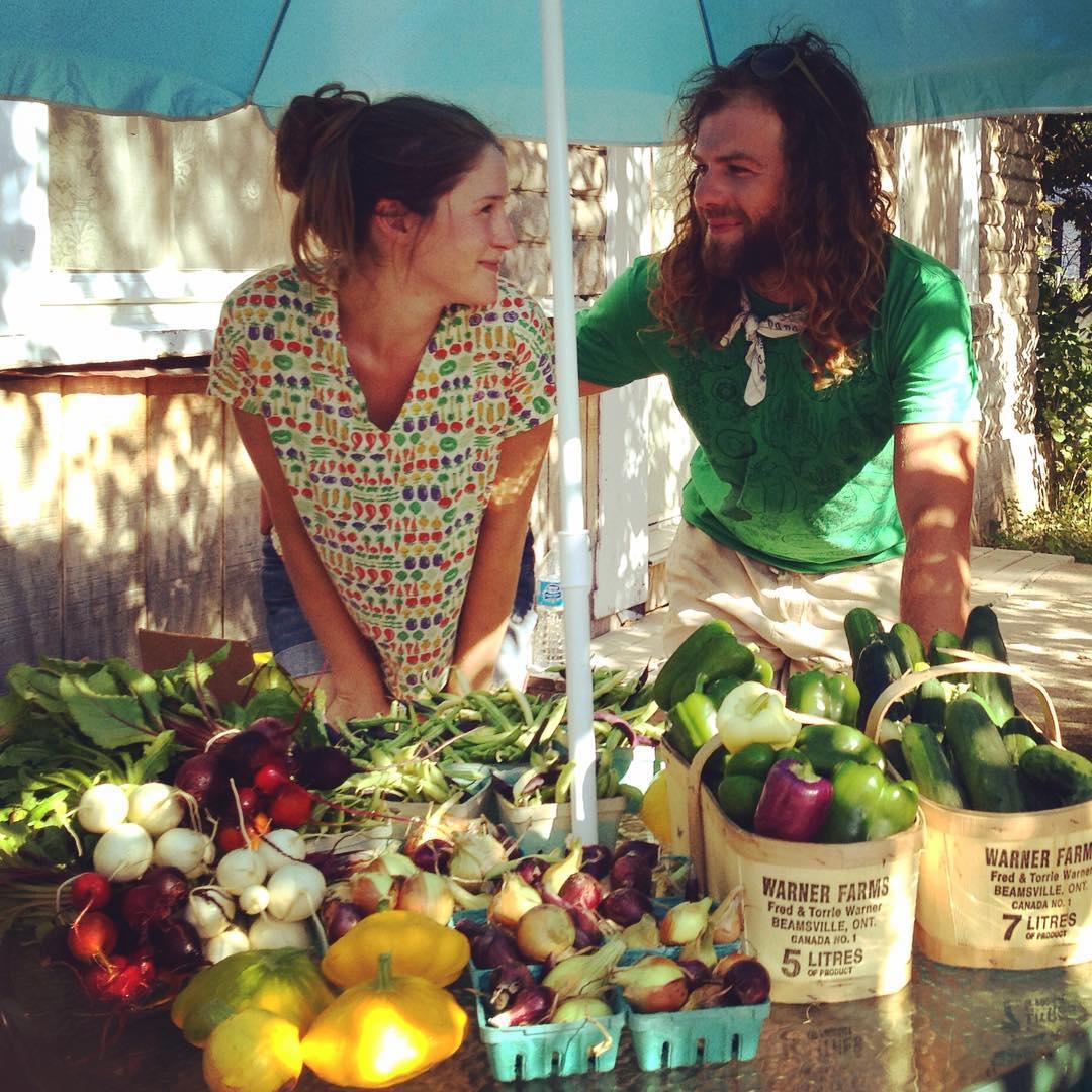 Un couple avec leurs légumes