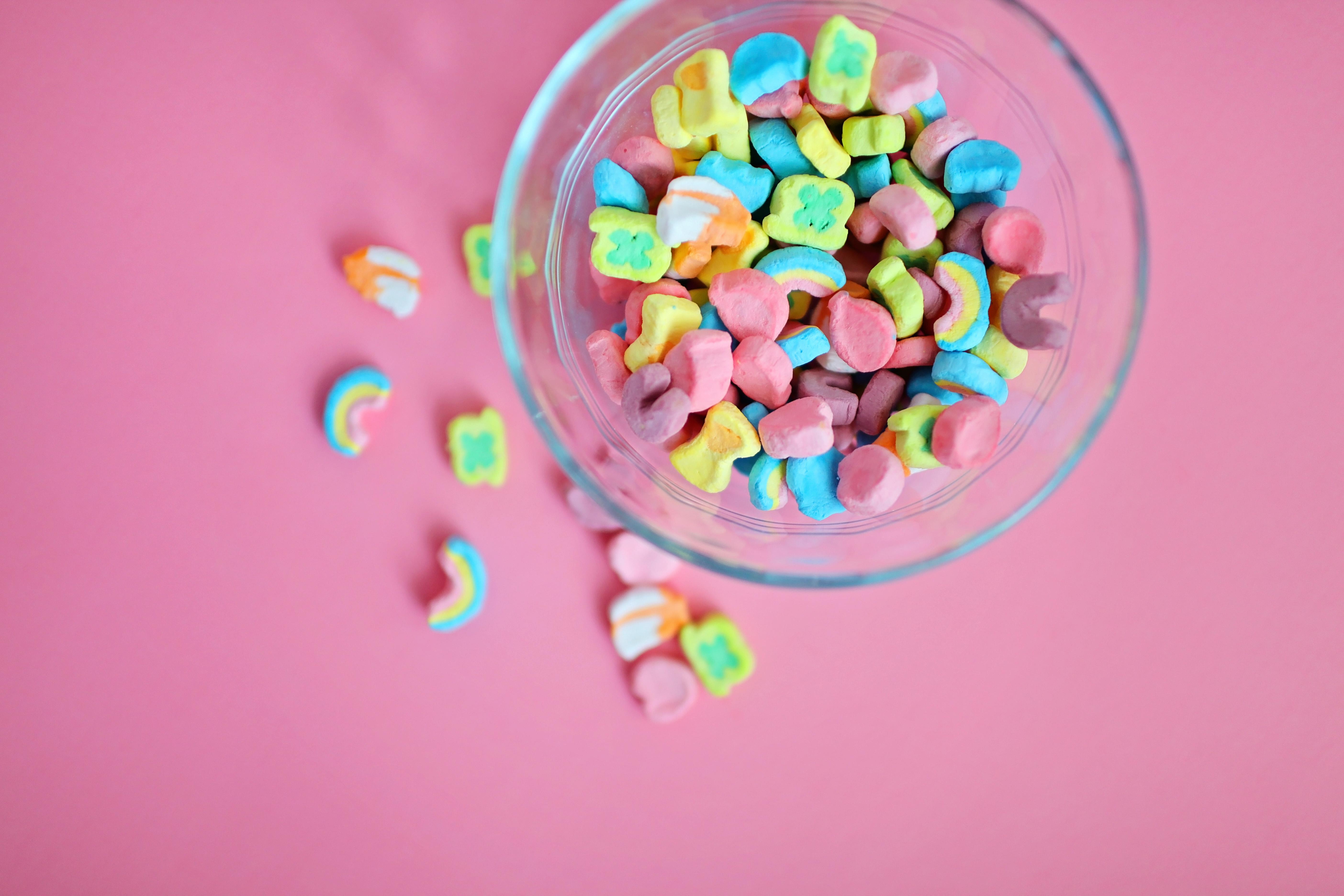 Photo : Bol de céréales rempli de guimauves colorées
