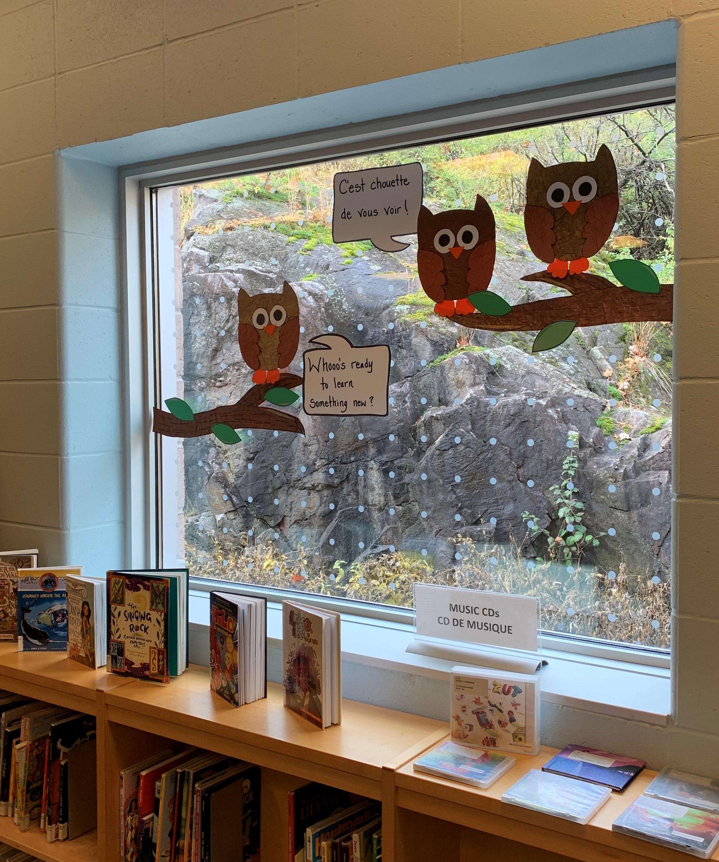 Des points ont été ajoutés sur les fenêtres de la section pour enfants de la succursale de Beaverbrook pour que les oiseaux évitent ces parois en verre